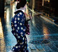Rainy Evening in Gion - Kyoto by Lynnette Peizer