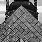 La pyramide du Louvre, Paris by EblePhilippe