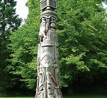 Wooden tree search? Solved by Misfits ~ Montacute House 'Totem Pole' ~ by pix-elation