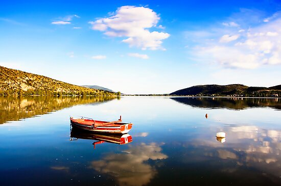 Boat in Kastoria lake (Makedonia, Greece) by Tania Koleska
