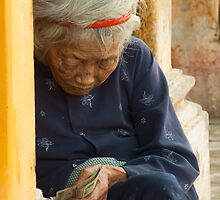 Old woman Ph? c? H?i An by aussiejase