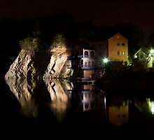 Stoney Cove at Night by Jez  Bradshaw