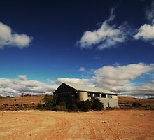 Abandoned shearing shed by Mel  LEE