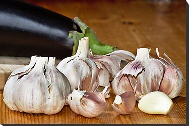 Fresh garlic on wood by 7horses