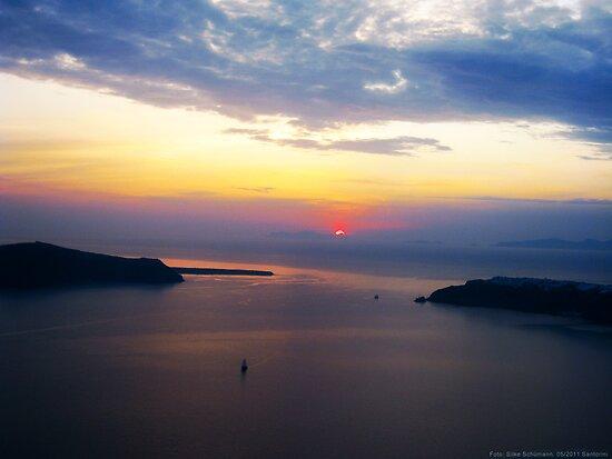 Sunset in Santorini Bay (Greece) by vivendulies