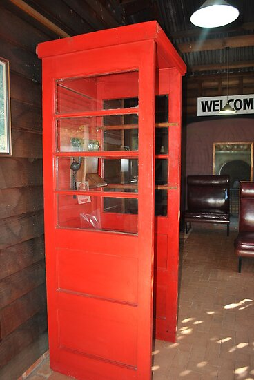 Old phone booth at Freshwater station by sarbi