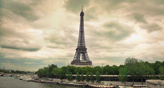 Eiffel Tower by Walter Parada