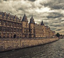 Paris La Conciergerie - River Seine - Paris by Yannik Hay