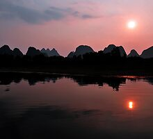 Li River Cruise, Yangshuo. China. by Ralph de Zilva