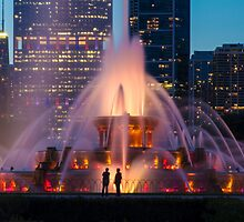 A telephoto look of buckingham fountain with people in for scale by Sven Brogren