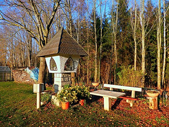 Wayside shrine and a bench | architectural photography by Patrick Jobst