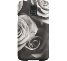 Medium format analog black and white photo of white rose flowers Samsung Galaxy Case/Skin