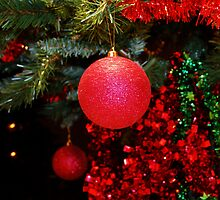 A Christmas tree decoration in motion by wbgraphy