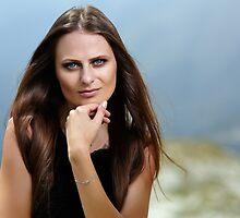Beautiful woman in a mountain landscape by naturalis