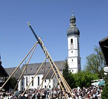 Setting up the maypole by Klaus Offermann