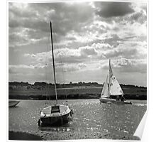 A yacht returns to harbour at Blakeney, Norfolk, UK Poster