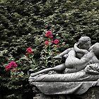Lovers kiss statue by Gavin Sawyer