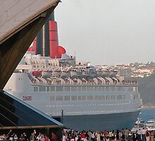 QE2 and opera House by alanball