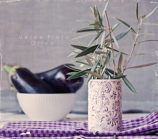 Violet, Green and Olive Brunches by Sonia Martín Mateo