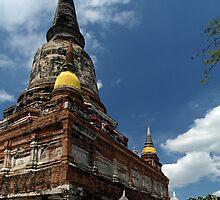 Chedi And Buddhas by Dave Lloyd