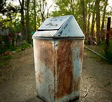 Flip Lid Trash Can by YoPedro