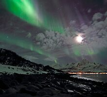 Aurora Borealis - The rocky beach by Frank Olsen