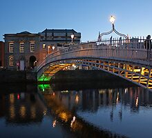 Ha'penny bridge at dusk by Esther  Moliné