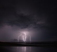 Lightning crashes by Alan  McIntosh